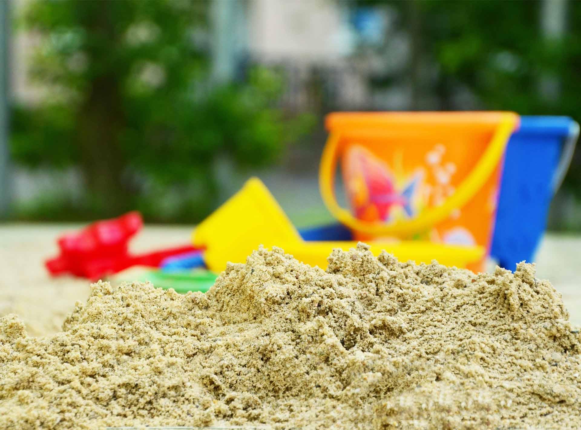 Spielplatzreinigung mit der Sandfuchs Sandreinigung